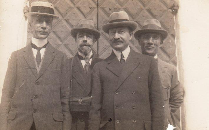Hispaania saadik Eestis Joaquin de Ezpeleta (taga vasakul) koos Läti, Itaalia ja Prantsuse saadikutega Helsingis 1921. Foto: Läti välisministeeriumi arhiiv