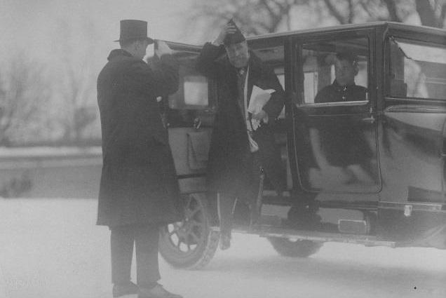Hispaania saadik M.A. Avila y Bernabeu saabumas volituste esitamisele. Auto ees välisministeeriumi poliitilise büroo juhataja E. Kirotar. Foto: Rahvusarhiiv