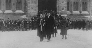 Hispaania saadik M.A. Avila y Bernbeu aukompaniist Toompea lossi ees möödumas. Foto: Rahvusarhiiv