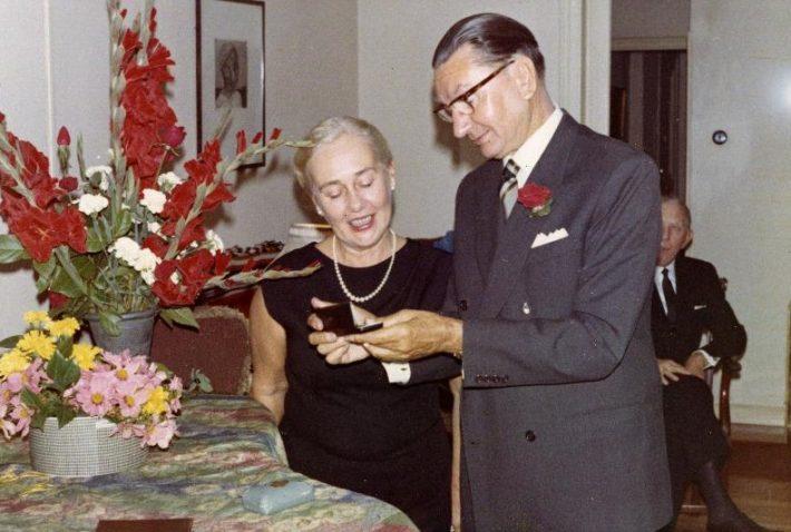Villibald Raud Hispaanias oma 70. sünnipäeval koos abikaasa Erikaga, tagaplaanil Eesti diplomaat Albert Tattar, 3.10.1968. Foto: Rahvusarhiiv