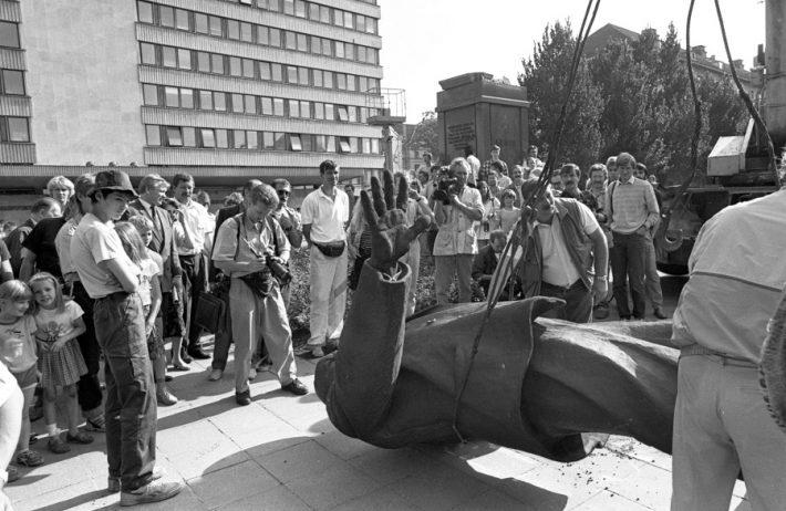 Lenini kuju kangutamine EKP Keskkomitee hoone (praegune välisministeerium) eest. Foto: Peeter Langovits
