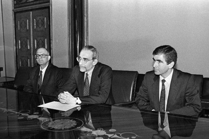 Hispaania asevälisminister Maximo Cajali (keskel) vastuvõtul Eesti Ülemnõukogu esimehe Arnold Rüütli juures 9. oktoobril 1991. Foto: Rahvusarhiiv