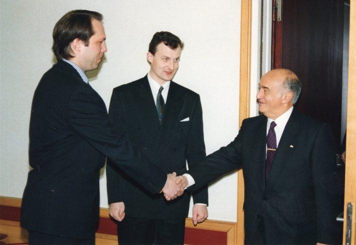 Suursaadik kohtumas välisministeeriumi kantsleri Alar Olljumiga, keskel protokolliülem Andres Unga, 1994.Foto: välisministeeriumi arhiiv, Voldemar Maask