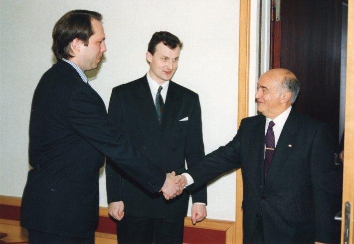 Suursaadik kohtumas välisministeeriumi kantsleri Alar Olljumiga, keskel protokolliülem Andres Unga