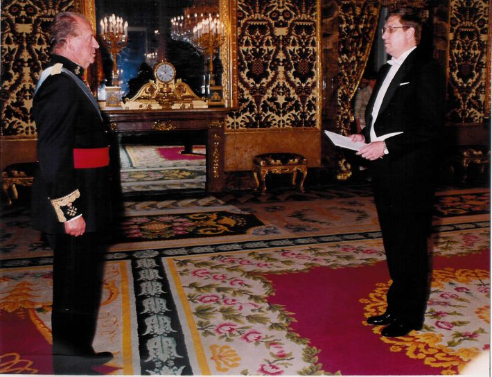 Andres Rundu volikirja üle andmas Hispaania kuningale. Foto: Eesti saatkond Madridis
