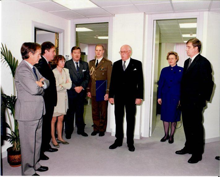 President Lennart Meri saatkonna avamisel. Paremalt Andres Rundu, Helle Meri, president Lennart Meri, käsundusohvitser Jaanus Elvre. Foto: Eesti saatkond Madridis