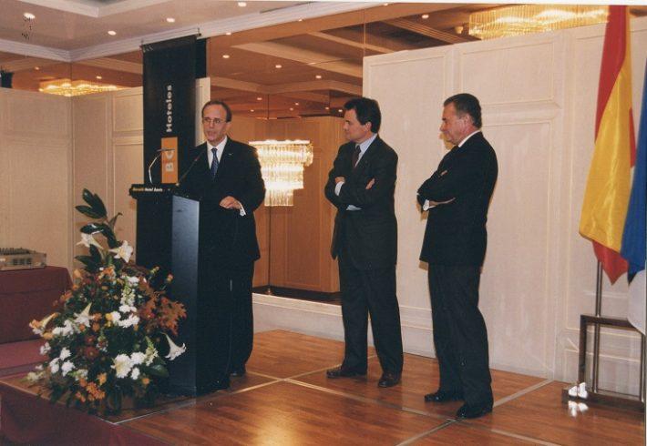 Barcelona aukonsulaadi avamine 22.11.2001. Vasakul Andres Tomasberg, paremal aukonsul Rovira. Foto: Eesti saatkond Madridis
