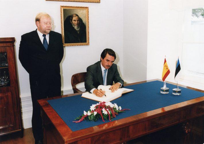 Peaminister Aznar kirjutamas Eesti peaministri Mart Laari külalisteraamatusse. Foto: välisministeeriumi arhiiv, Erik Peinar