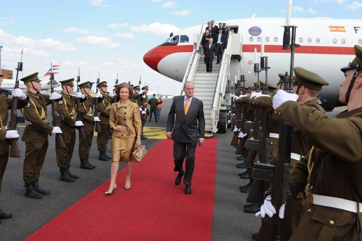 Kuningapaar lennujaamas saabudes. Foto: välisministeeriumi arhiiv