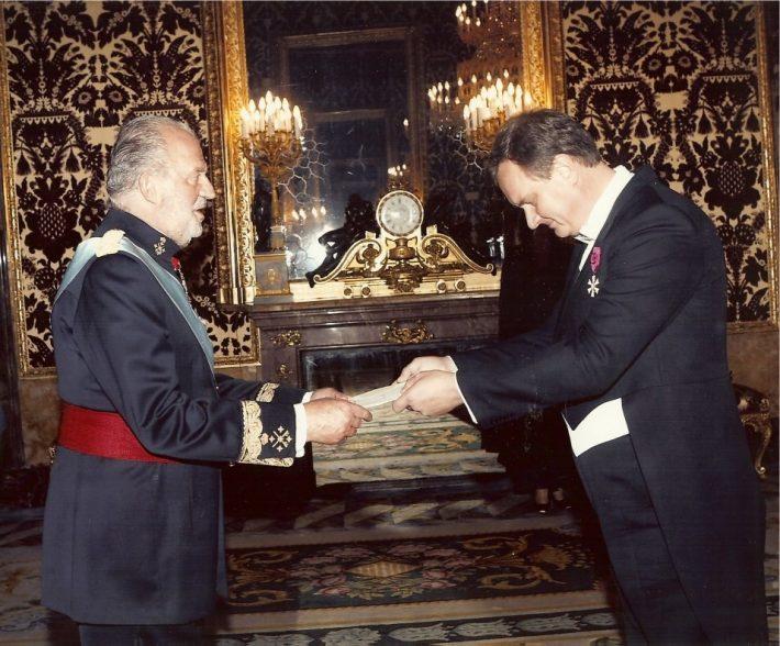 Toomas Kahur volikirja üle andmas Hispaania kuningale. Foto: Eesti saatkond Madridis