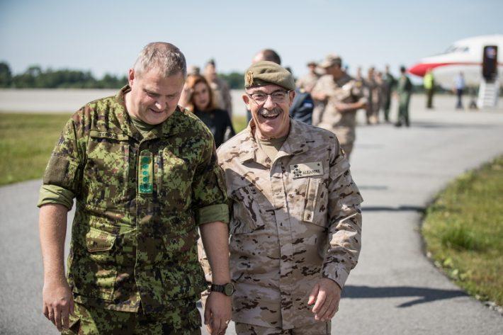 Martínez kohtus NATO õhuturbemissioonil osalevate Hispaania õhuväelastega ning Eesti kaitseväe juhataja kindral Riho Terrasega. Foto: Kaitseväe peastaap