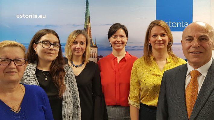 Eesti saatkonna Madridis töötajad aastal 2021. Vasakult: Ecaterina Negruta, koristaja; Alice Britta Kukk, sekretär; Karen Tikenberg nõunik-konsul; Mariin Ratnik, suursaadik; Liisi Türi, sekretär; Pedro Ibarra Guillén, autojuht